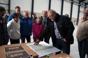 Ludwig Krämer (rechts) erläutert den Gästen die gute Entwicklung im neuen Gewerbe- und Industriegebiet