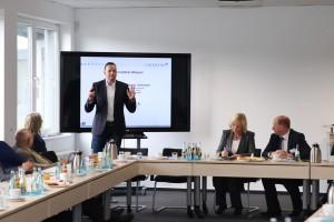 Oliver Landwehr informiert die Bundesministerin Prof. Dr. Wanka sowie die weiteren Gäste über die Aktivitäten des Unternehmens (Foto: Till Meickmann)