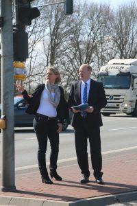 Kerstin Börner und Reinhold Hilbers an der Ampelkreuzung der Bundesstraße 213 beim Rükel