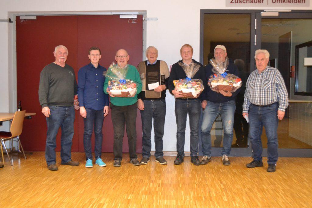 Schiedsrichter Bernhard Merschel sowie Vorsitzender Michael Bunse mit den Gesamt- und Rundensiegern des Turniers
