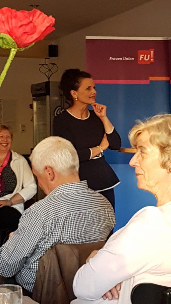 Die stellvertretende Fraktionsvorsitzende der CDU/CSU-Bundestagsfraktion Gitta Connemann hält einen begeisternden Impulsvortrag anlässlich des 100. Jährigen Jubiläums des Frauenwahlrechts in Deutschland